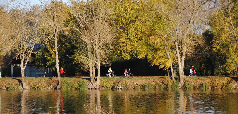 Promeneurs sur la Loire à Vélo